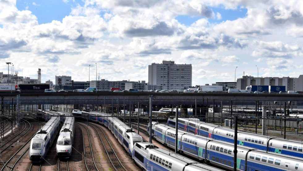 TGV high speed trains stand stationery on tracks near the road traffic of the Paris ring road on April 10, 2018 as French rail workers launched their latest two-day strike over plans to overhaul the national state-owned railway company SNCF.   / AFP / GERARD JULIEN